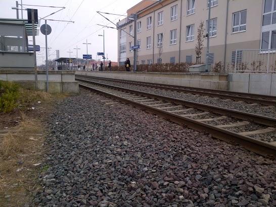 Der Zug rast hier mitten durch den Ort.